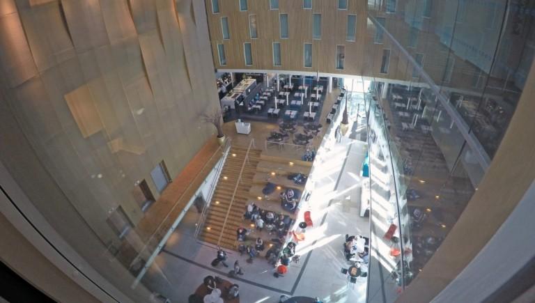 Utsikt fra hotelrommet i 5 etasje ned mot resteurant/resepsjonsområdet.