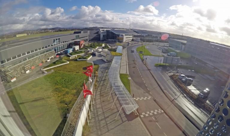 Utsikt fra hotellet mot terminalbygget, her ser man veien mellom som er delvis under tak.