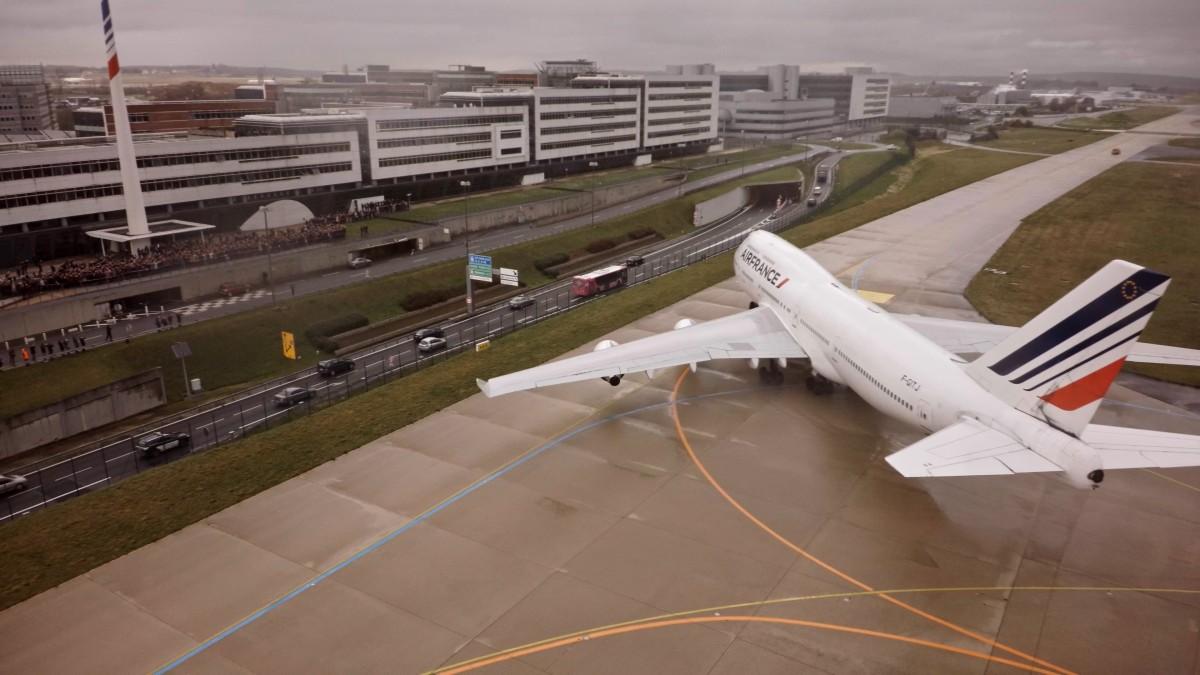 Flyet svinger inn foran Air France sitt hovedkontor etter siste landing i Paris
