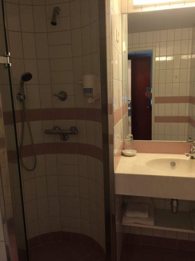 Badet i hvite og rosa fliser