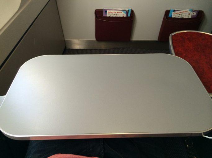 Ikke de mest stabile bordene om bord i LN-RKP.