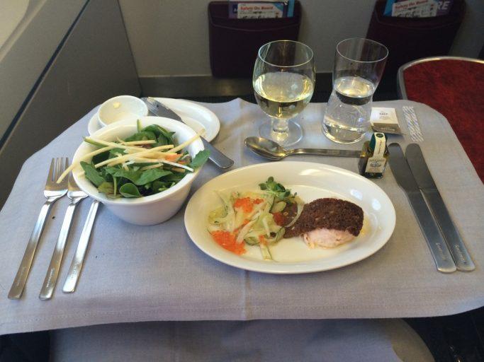 Hvitvin, salat og laksepostei til forrett.