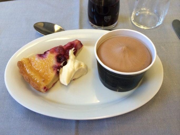 Dessert bestående av velsmakende kake og is.