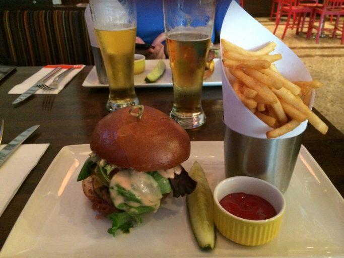 En godkjent burger inntas til lunsj.