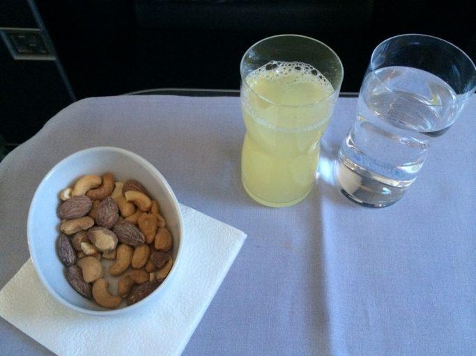 Nøtter, Ringi eplemost og vann.