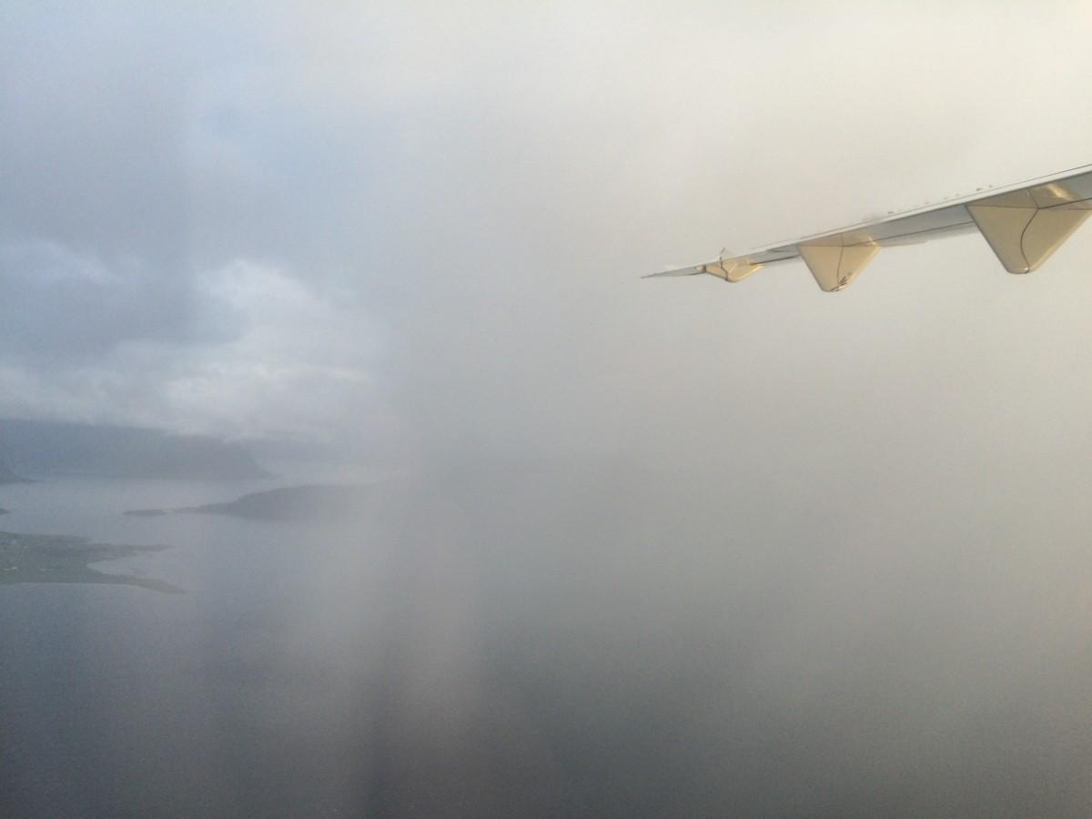 Utsikt og regnbyge ut fra Ålesund.