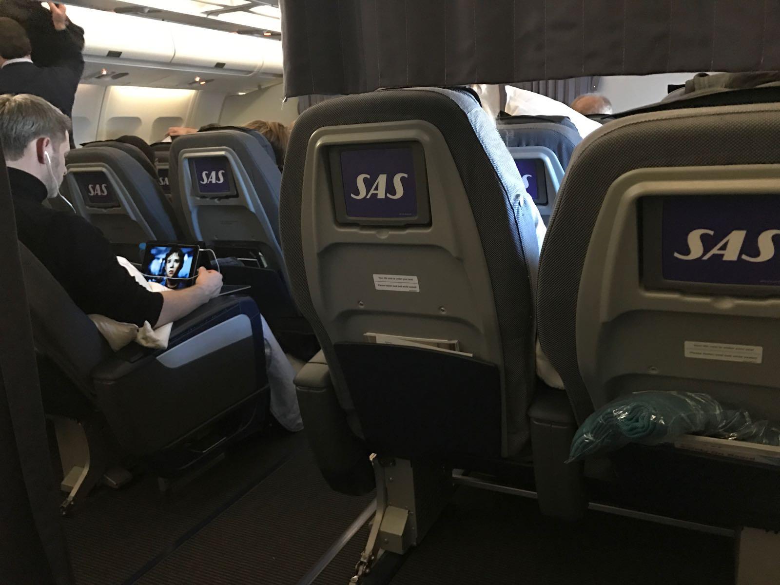 SAS Airbus A340 reservemaskin LN-RKP, første seterad i Go med PLUS-seter foran. Ingen underholdning å glede seg til. Foto: chrt.