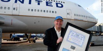 Tom Stuker, passerte 10 milliner miles med United Airlines i 2011.