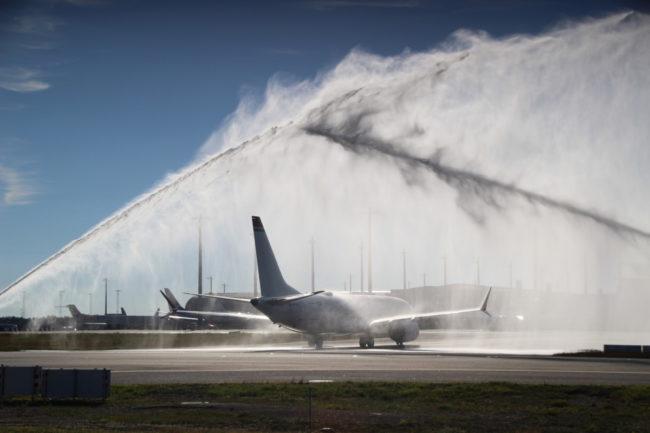 Norwegians første 737 MAX ble mottatt med vannkanoner på Oslo Lufthavn