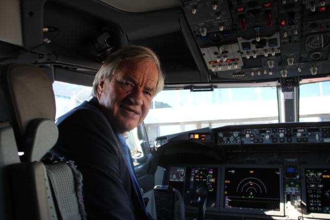 Bjørn Kjos, administrerende direktør i Norwegian, i cockpiten på sitt nyeste fly.