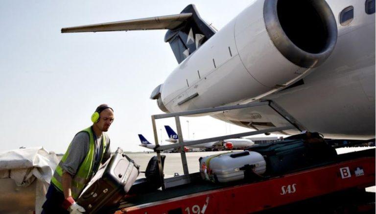 Slik går det når bagasjestueren må tømme flyet alene