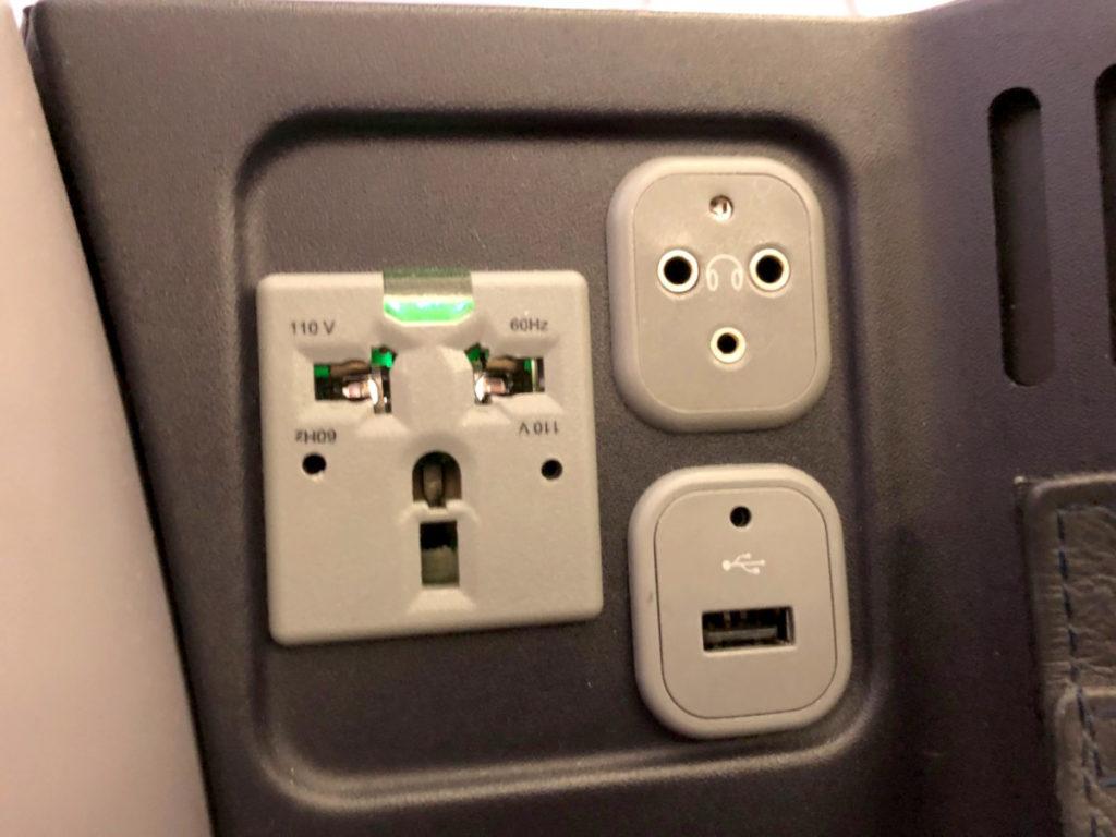 Tilkobling for strøm, USB og hodetelefoner