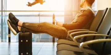 Mann med koffert på flyplass