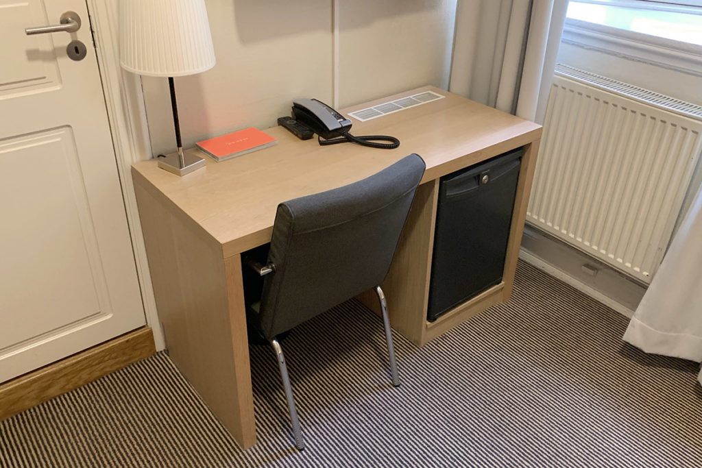 Skrivebord og kjøleskap