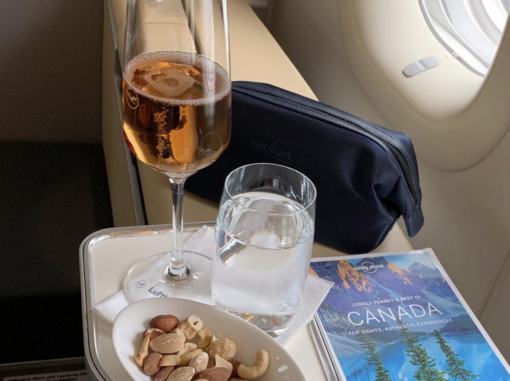Champagne og nøtter før avgang