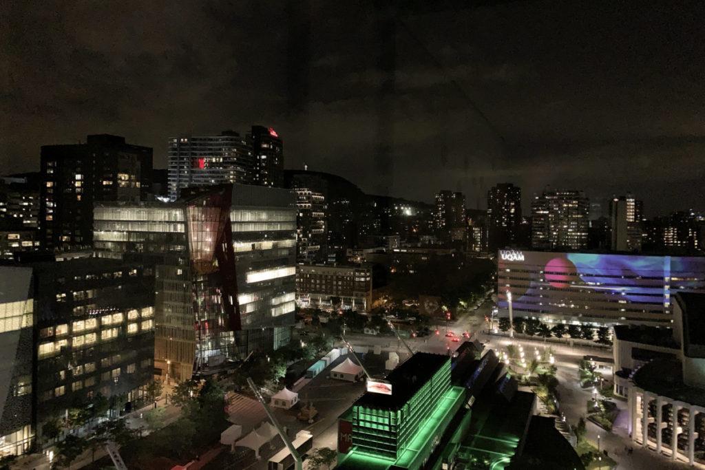 Utsikt fra hotellrommet på kvelden