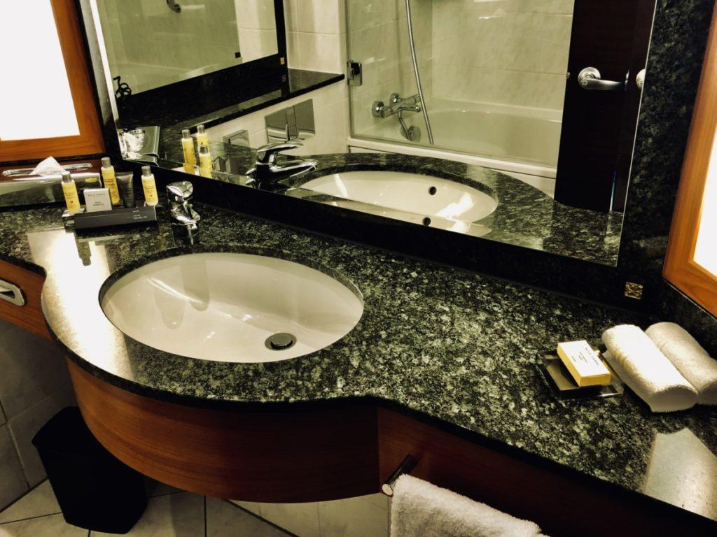 Badet på Hotel Marriott Frankfurt