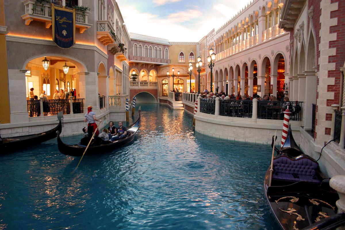 Gondol-seilas i første etasje med italienske restauranter på begge sider