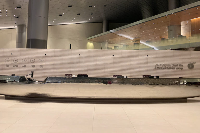 Inngangen til Qatar Airways Al Mourjan Business Lounge i Doha