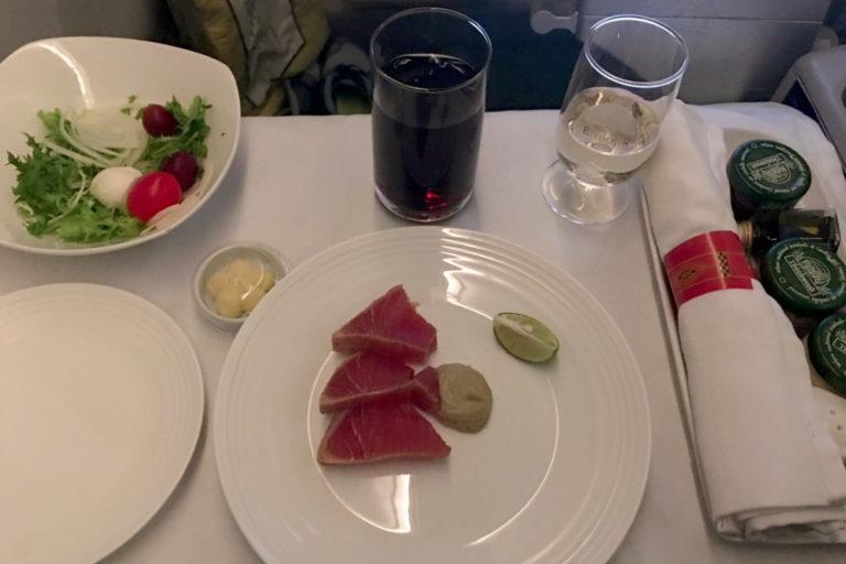 Forrett bestående av lettstekt tunfisk
