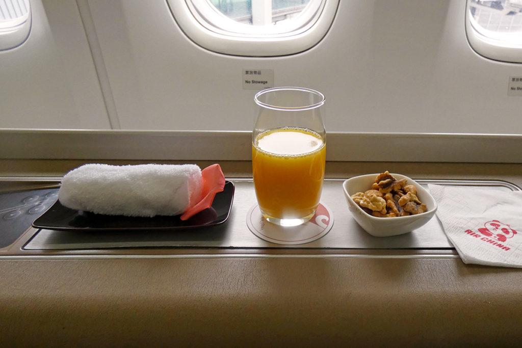 Varm håndduk, appelsinjuice og nøtter