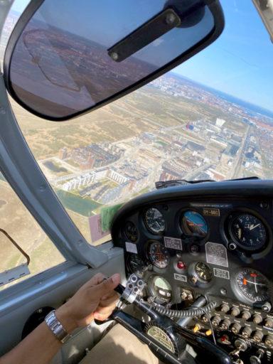 Vi flyr et stykke inn over Ørestad, før vi setter kursen mot Kastrup