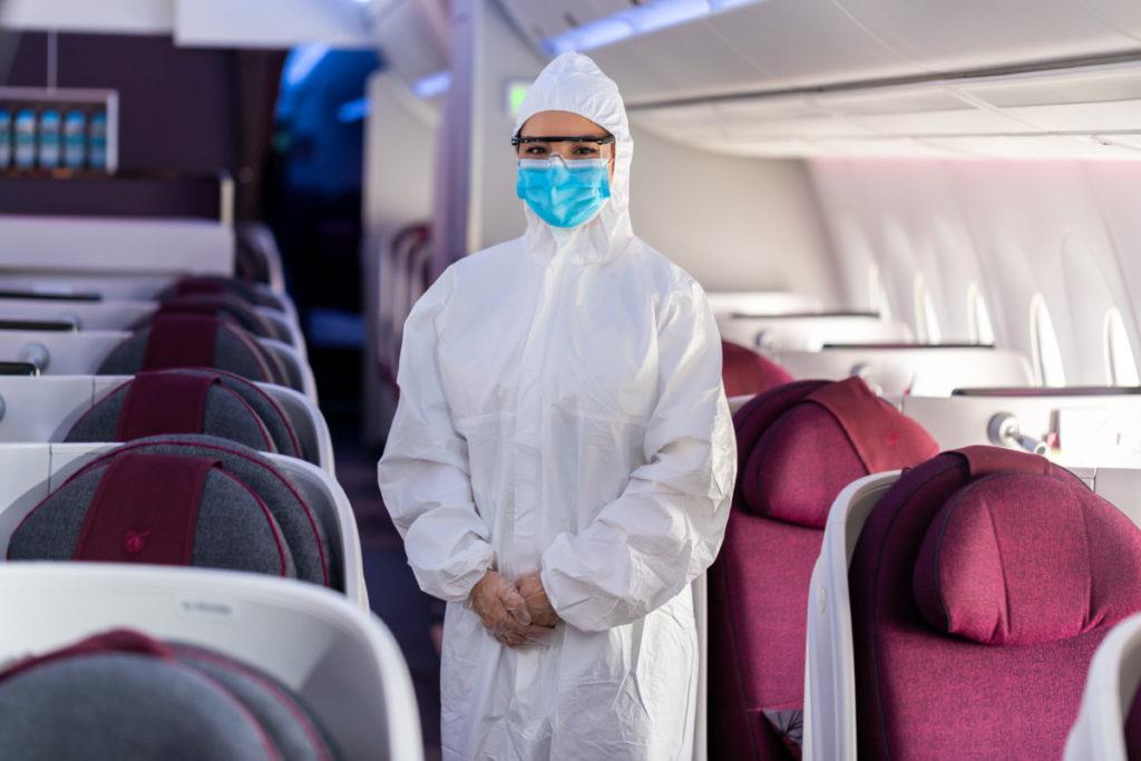 Qatar Airways har innført PPE-drakter. munnbind, hansker og beskyttelsesbriller som smittevernstiltak for kabinpersonalet.