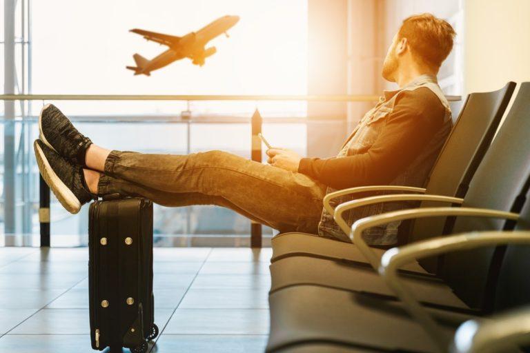 Mann på flyplass